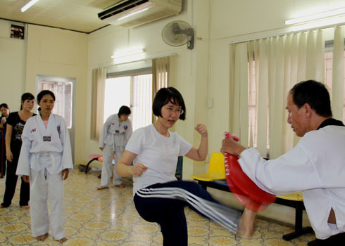 Lớp võ tự vệ buổi chiều tại Nhà văn hóa phụ nữ TP HCM. Ảnh: Thi Ngoan.