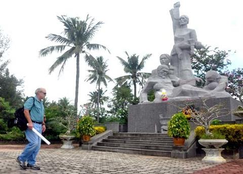Vụ thảm sát Mỹ Lai đã lùi xa hơn 43 năm, phóng viên ảnh Ronald Haeberle vẫn khôn nguôi ám ảnh khi trở lại thăm khu chứng tích Sơn Mỹ đau thương.
