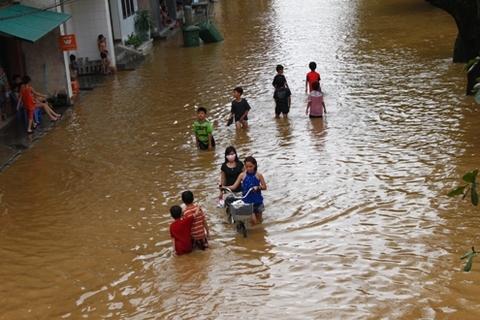 Chỉ trong vòng 4 giờ đồng hồ, lượng mưa tại Thừa Thiên Huế đạt 500mm, nhiều tuyến phố vùng hạ lưu bị ngập nặng. Nguyên nhân là do mưa lớn ở thượng nguồn khiến mực nước đổ về vùng hạ lưu, gây ngập cục bộ.