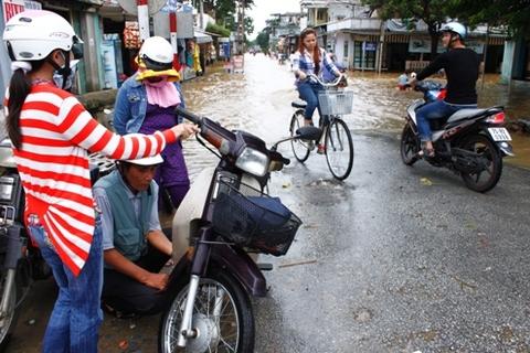 Hàng trăm phương tiện bị chết máy dọc đường. Người dân phải dắt bộ xe tìm quán sửa.