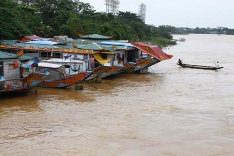 Thuyền du lịch được thông báo tổ chức neo đậu vào bờ sông Hương đề phòng lũ lên nhanh.