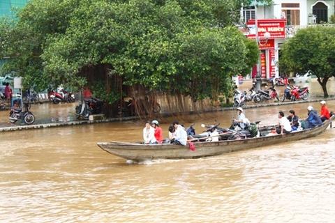 Nhiều chuyến đò phía hạ lưu sông Hương chở thẳng khách theo sông Đông Ba để lên thành phố vì vùng hạ lưu sông bị ngập nặng.