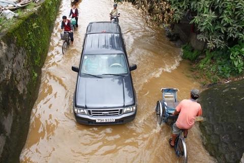 Đoạn qua cầu Lòn (đường Bùi Thị Xuân) bị ngập nặng. Nhiều chủ phương tiện biết ý đi chậm để không té nước vào người khác.