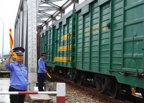 Chị Nhàn mang thai tháng thứ sáu đang trực chắn gác tàu hỏa. Ảnh: Nguyễn Đông