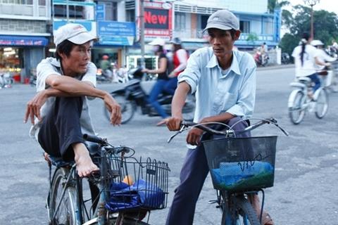 Những lúc rảnh rỗi những câu chuyện về gia đình, cuộc sống lại được những người đạp xe thồ chia sẻ cùng nhau. Theo những người làm nghề này anh em sống rất hòa thuận, chưa bao giờ có chuyện tranh giành mối hay khách của nhau.