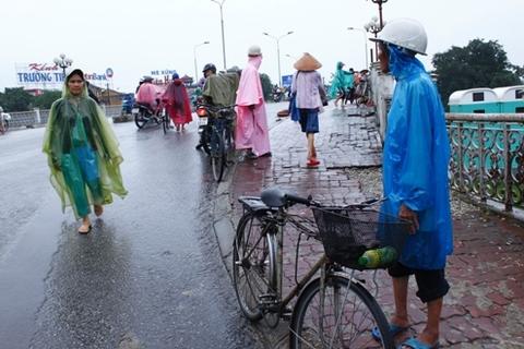 Trời mưa tầm tã hay trời lụt bão, những người xe thồ vẫn ra đường đón khách.