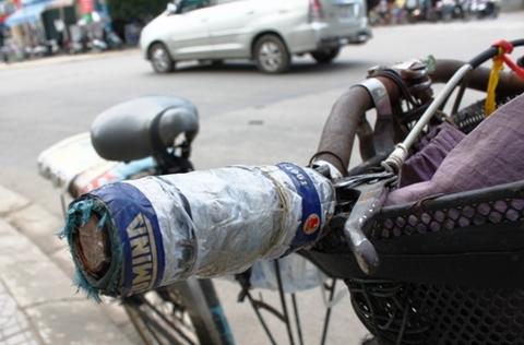 Hành trình theo những vòng xe là phần gác – ba – ga được bọc nệm, chế thêm phần đựng đồ phía khung trước và nước uống.