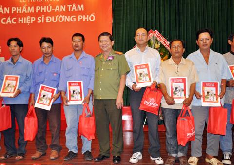 Đại tá Phương trao tặng cho các hiệp sĩ.