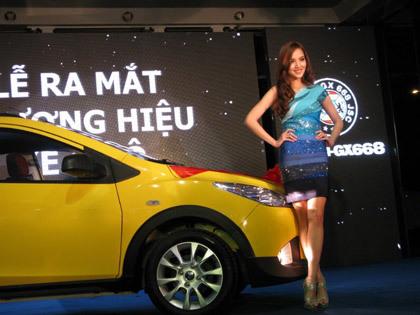 Người đẹp Huỳnh Bích Phương bên chiếc xe Haima 2