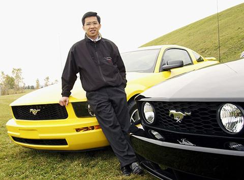Tăng Thái Hậu với mẫu Ford Mustang 2005 mà ông thiết kế.