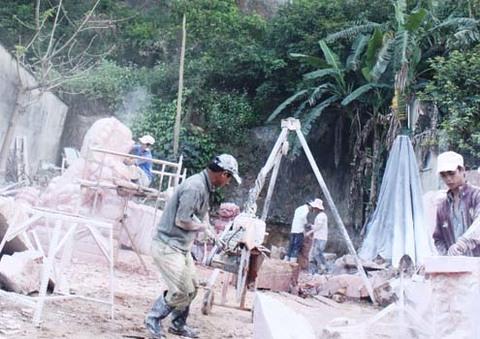 Không ít những người làm nghề chế tác ngay dưới chân núi. Ảnh: Nguyễn Đông