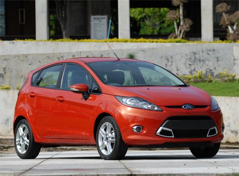 Ford Fiesta, một sản phẩm Mỹ trang bị động cơ 1.6, hộp số 6 cấp ly hợp kép, cân bằng điện tử ESP, những trang bị vượt xa đối thủ Yaris.