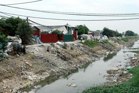 Rác bị vứt ra mương đầu làng. Ảnh: Nguyễn Thị Tháu.