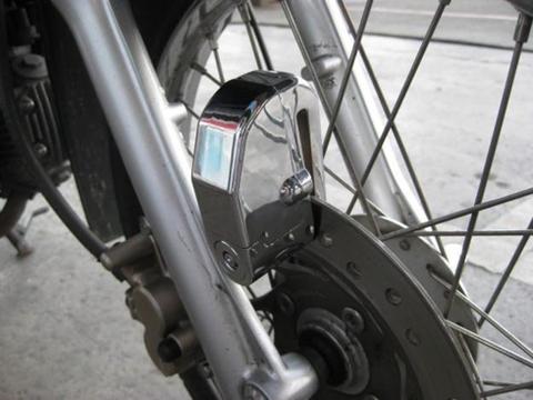 Chốt khóa nằm lọt giữa nan hoa bánh xe.