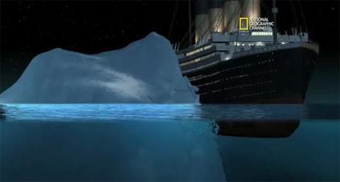 23h40 cùng ngày, con tàu lớn nhất thế giới ở thời điểm đó va chạm mạnh với tảng băng trôi khổng lồ. Thomas Andrews, kiến trúc sư của tàu, trực tiếp tới kiểm tra hư hại và kết luận rằng con tàu đang bị nước biển tràn vào từ vết thủng sau cú va chạm. Titanic, con tàu từng được cho là không thể bị chìm, khi đó đang bắt đầu chìm dần.