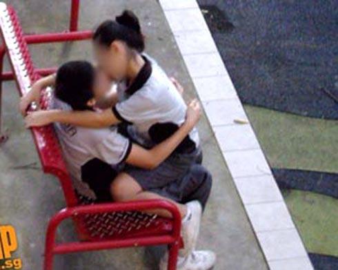 Cặp tình nhân mặc đồng phục âu yếm nhau nơi công cộng. Ảnh: TNP.