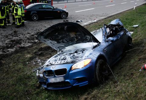 Chiếc BMW M5 2013 được lái với tốc độ lến đến gần 300 km/h
