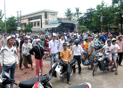 Cả quãng đường Quang Trung- phía trước Nghĩa trang liệt sĩ Núi Bút, TP Quảng Ngãi liên tục kẹt xe, người đi đường hồi họp theo dõi cảnh vây bắt kẻ bị truy nã.