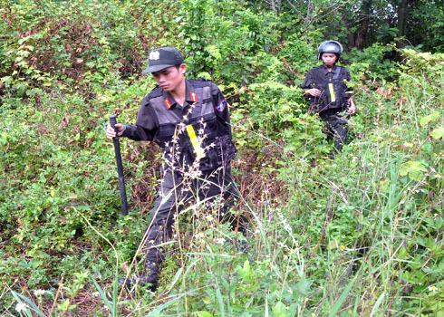 Sau suốt gần 7 giờ liền từ 4 giờ 30 phút sáng, đến 11 giờ trưa nay, lực lượng công an Quảng Ngãi đã phát hiện nơi lẩn trốn của kẻ bị truy nã.