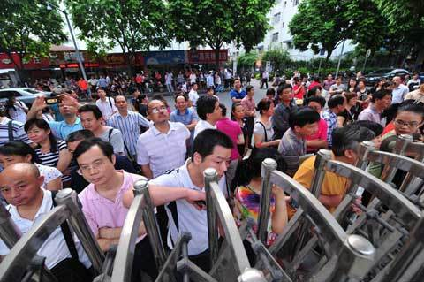 Parents watch their children go into the examination hall in Nanning, Guangxi Zhuang autonomous region on June 7, 2012. [Photo/Xinhua]