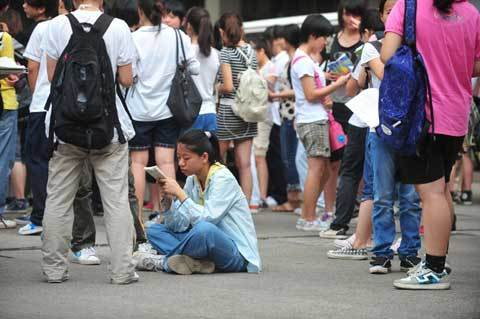 Candidates study and wait outside the examination hall on June 7, 2012, in Nanning, Guangxi Zhuang autonomous region. [Photo/Xinhua]
