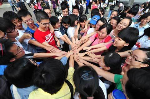 Candidates offer cheers outside the examination hall before their exam starts on June 7, 2012, in Nanning, Guangxi Zhuang autonomous region. [Photo/Xinhua]