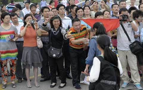 Parents greet students coming out of a high school after the first test of the National College Entrance Exams in Nanjing, Jiangsu province June 7, 2012. [Photo/Agencies]