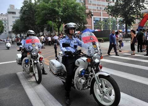 Police patrol outside an examination hall in Beijing on June 7. A special police patrol team has been set up to maintain order during the exam. [Photo/Xinhua]
