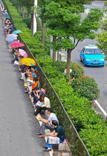 Parents wait for their children while they take the exam in Wuhan, Hubei province on June 7, 2012. [Photo/Xinhua]