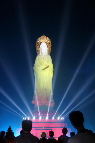 The giant Kwan-yin statue is 108 meters high, located at Nanshan Temple in Sanya, South China's Hainan province. It was built in April 2005. [Photo/Asianewsphoto]