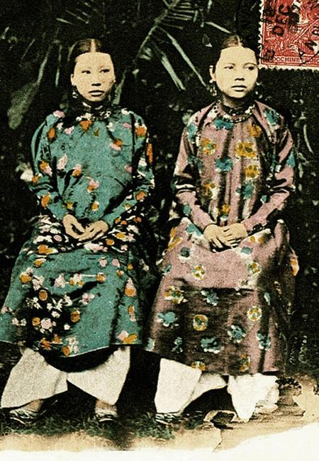 Chân dung bà Tiên Cung (vợ trước) và Thánh Cung (vợ sau) của vua Đồng Khánh.