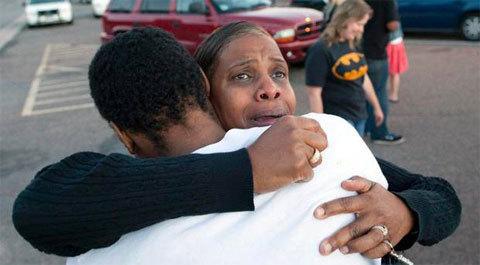 Bên ngoài trường trung học Gateway, nơi các nhân chứng khai báo với cảnh sát, bà Shameca Davis ôm con trai Isaiah Bow, một nhân chứng thoát chết trong vụ xả súng tại rạp chiếu phim Century 16, thành phố Aurora, bang Colorado.