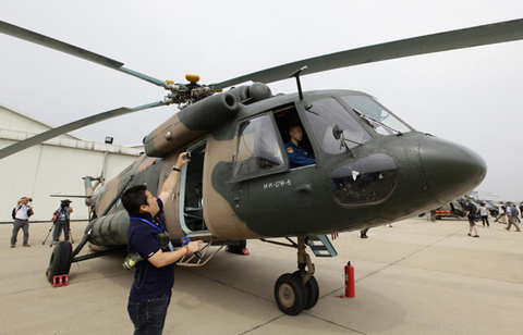 A journalist takes a picture of M-171 introduced from Russia during a media visit at the military base of Chinese People's Liberation Army Army Aviation 4th Helicopter Regiment, on the outskirts of Beijing, July 24, 2012, ahead of Army Day on August 1. [Photo/Agencies]