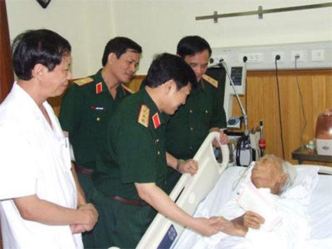 thượng tướng Ngô Xuân Lịch, Chủ nhiệm Tổng cục Chính trị (Bộ Quốc phòng) đến thăm và chúc sức khỏe đại tướng Võ Nguyên Giáp