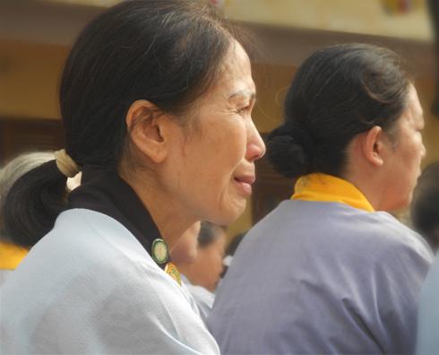 Không ít người đã là bà, là mẹ vẫn không kìm được nước mắt khi nhớ về công ơn của đấng sinh thành. Ảnh: Phan Dương.