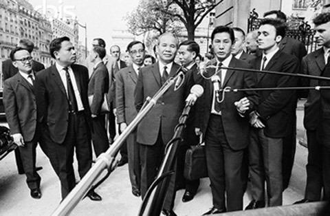 Trưởng đoàn Xuân Thủy (đứng giữa) trả lời phỏng vấn báo chí bên lề Hội nghị Paris về Việt Nam.