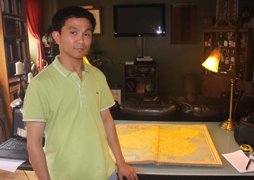 Ông Trần Thắng, người vừa quyết định hiến tặng 100 tấm bản đồ Trung Quốc khẳng định không có Hoàng Sa, Trường Sa cho Việt Nam. Ảnh: NVCC