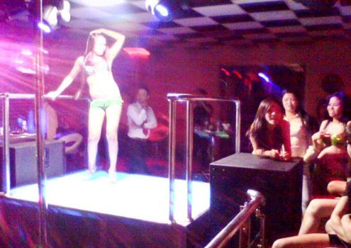 Quán ba, vũ trường đang là điểm nóng của mại dâm trá hình. Ảnh: N.Đ
