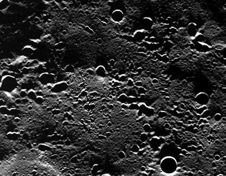 Cực bắc của sao Thủy trong một bức ảnh do tàu Messenger chụp từ quỹ đạo của hành tinh. Ảnh: NASA.