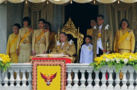 Thai King Bhumibol Adulyadej (C) is surrounded by his daughters Princesses Ubol Ratana (2nd L), Chulabhorn (3rd L), Sirindhorn (R), his son Prince Maha Vajiralongkorn (2nd R) and his grand-son Dipangkorn Rasmijoti (3rd R) as he sits on the throne after he delivered an address from a balcony of the Anantasamakom Throne Hall in front of the Royal Plaza in Bangkok's historic district on December 5, 2012