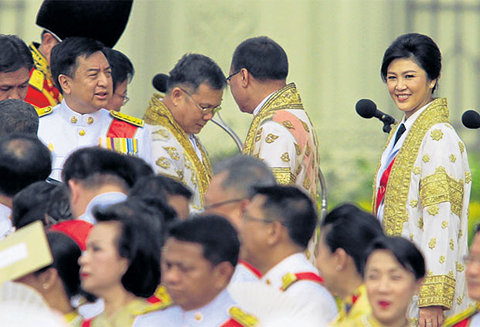 Prime Minister Yingluck Shinawatra leads members of the cabinet, civil service and armed forces in expressing gratitude forHMthe King's wisdom and guidance.