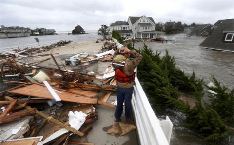 Trận bão Sandy ndy, cơn bão lớn nhất trong nhiều thập kỷ vừa quét qua khu vực có mật độ dân cư đông nhất nước Mỹ, làm ít nhất 48 người thiệt mạng, hàng triệu người ở trong tình trạng mất điện, gây thiệt hại hàng chục tỷ USD.