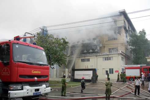 Cảnh sát nỗ lực dập lửa trong nhiều giờ. Ảnh: An Nhơn