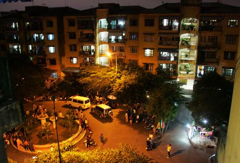 Đến 20 tối, ca trăm người đứng phía dưới xem cảnh sát khám nghiệm bên căn hộ chung cư K300. Ảnh: An Nhơn