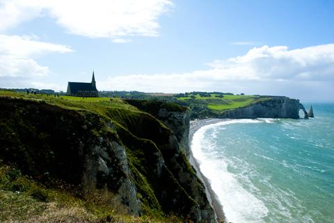 Etretat là một thành phố biển nhỏ nhắn, xinh đẹp của vùng Thượng Normandie, biển Manche. Dù diện tích chỉ khoảng 4,2km, dân số khoảng 1.700 người nhưng thành phố này rất nổi tiếng và thu hút khách du lịch, nhờ những vách đá dựng đứng cao hơn 100m với nhiều hình thù đặc biệt, đứng san sát nhau bao quanh bờ biển xanh biếc Etretat tạo nên một khung cảnh vô cùng hùng vĩ. Vách đá và cổng đá Etretat, kết quả của ăn mòn tự nhiên, một phần do sông ngầm chạy dọc bờ biển làm sập các lớp đá vôi.