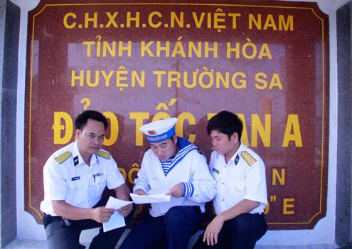 Những lá thư từ đất liền luôn là niềm mong mỏi của những người lính Trường Sa. Ảnh: Nguyễn Đông