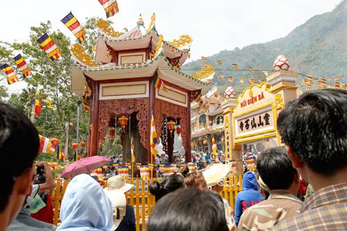 12 giờ trưa mùng 7 Tết Quý Tỵ, núi Bà Đen vẫn nườm nượm du khách đổ về tham quan du lịch và vía Bà, xin lộc đầu năm. Đây là hoạt động văn hóa, du lịch, hành hương thường niên vào dịp Tết lớn nhất khu vực phía Nam.