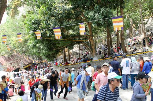 Tuy có thể tiết kiệm thời gian lên đến chùa Bà bằng hệ thống máng trượt và cáp treo thế nhưng nhiều du khách vẫn chọn đường bộ để leo núi. Một số nhóm bạn trẻ sau khi vía Bà còn rủ nhau chinh phục đỉnh núi 968m, cao nhất Nam Bộ này.