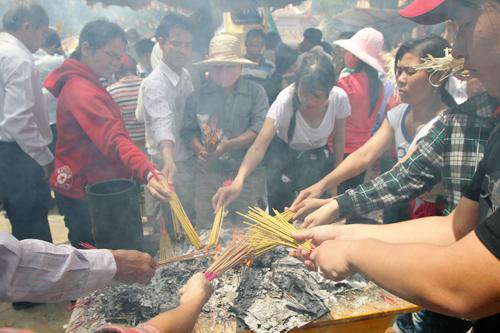 Không khác nhiều so với mọi năm, khu vực điện Bà vẫn đông đúc và nghi ngút nhang khói. Người người ra sức chen chân để có thể thắp được nén hương vía Bà cầu may.