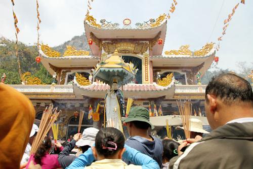 Nhiều du khách đã phải mướt mồ hôi mới có được một chỗ đứng giữa hàng ngàn người trước điện thờ Linh Sơn Thánh Mẫu. Một số quên đi sự tôn nghiêm, vẫn đội mũ khi vái lạy nhằm tránh bớt cái nắng cháy da người của xứ nóng Tây Ninh.